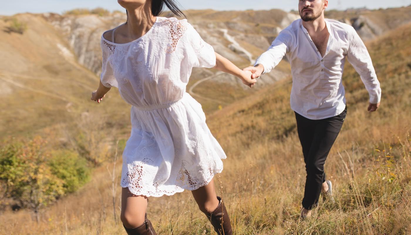 駆け落ちをしようと男性の手を引いて走り出す女性と妻のもとに戻りたい気持ちがあるため抵抗する男性
