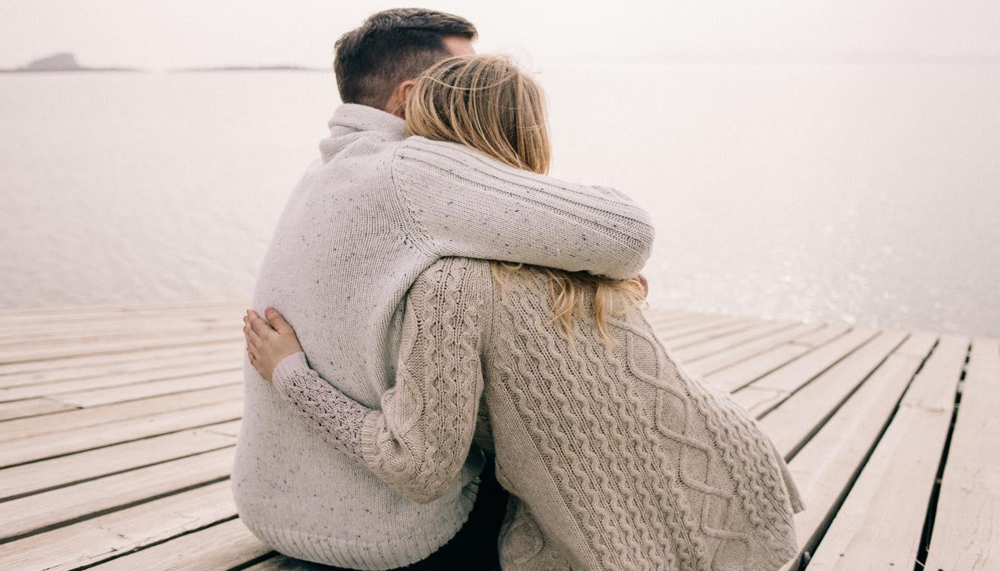恋愛依存の女性が恋人に寄りかかっている