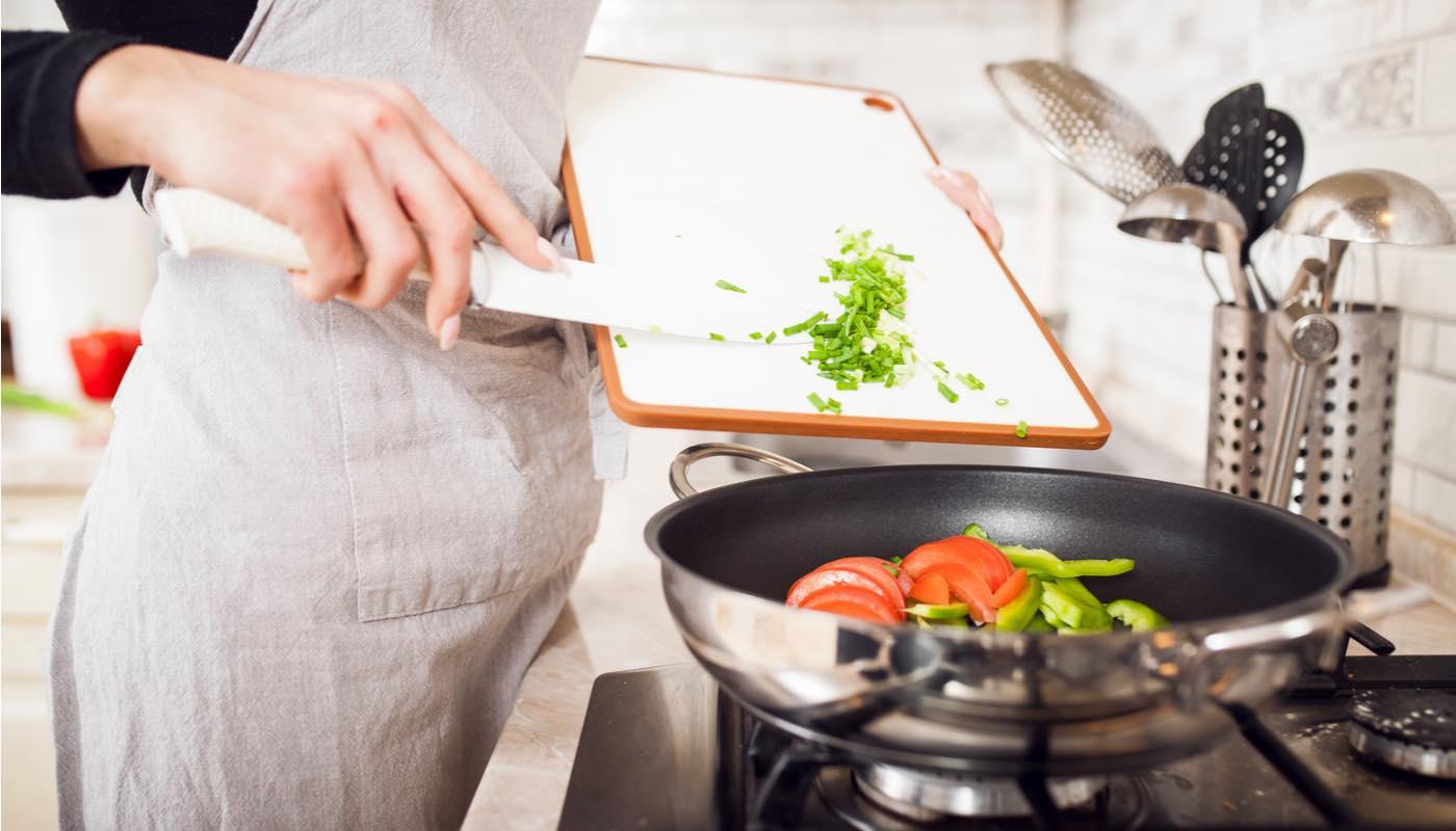 気を紛らわすために料理をする女性