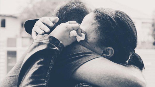 復縁をした男女が抱き合いながら涙を拭う