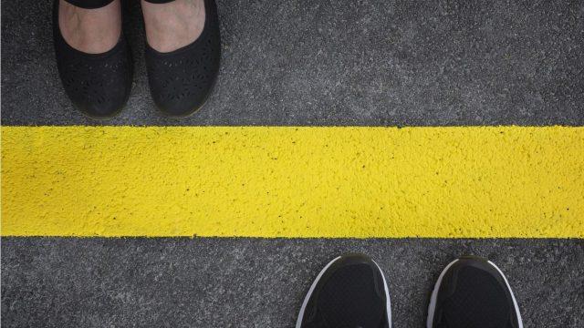 境界線を挟んで立っている男女