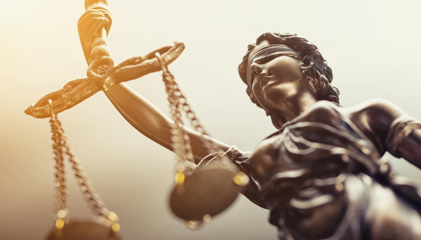 天秤をもった女性の像。裁判を意味