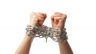 手を縛られて身動きがとれないような激しい束縛