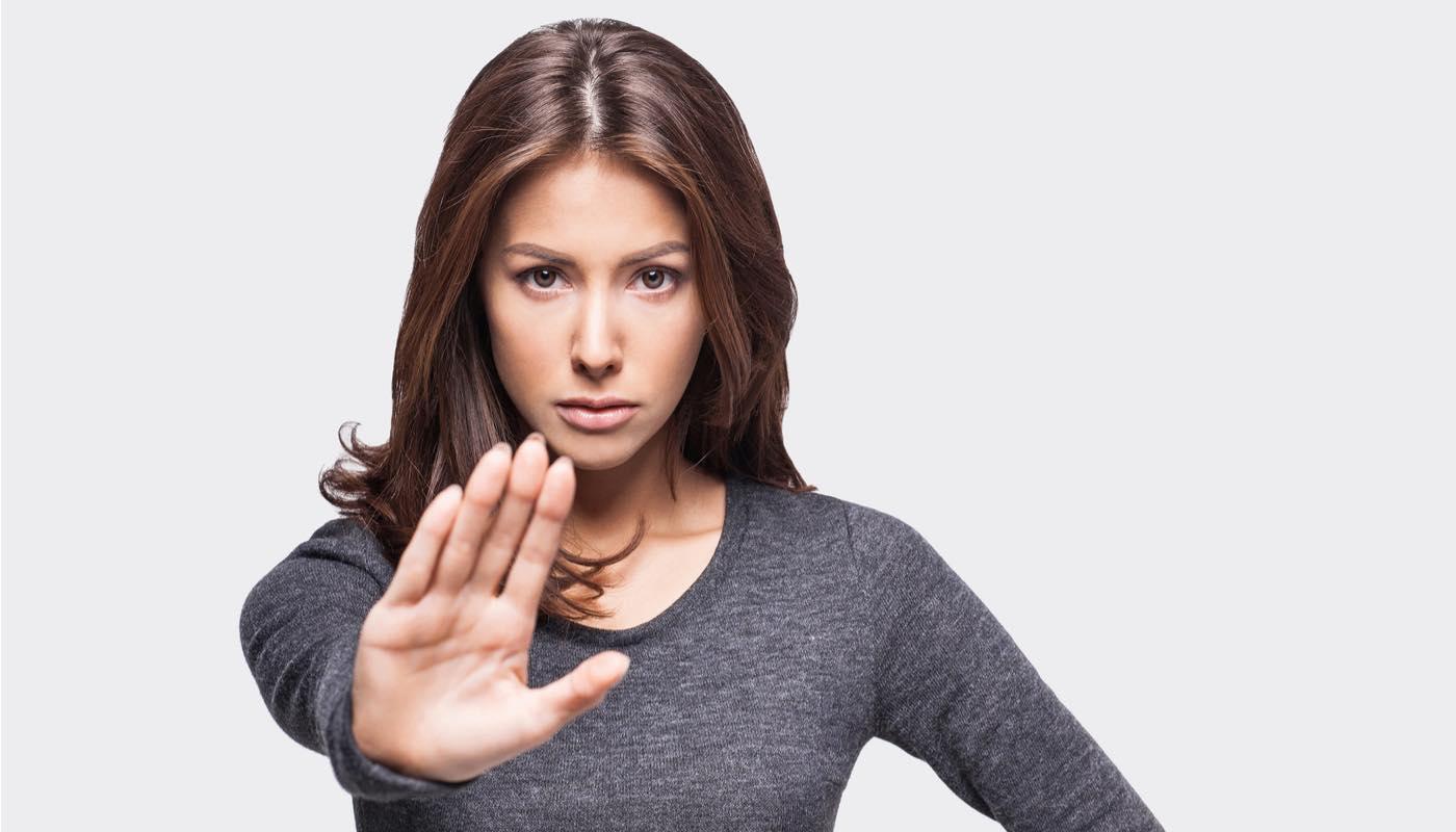 束縛をする男を拒絶する女性