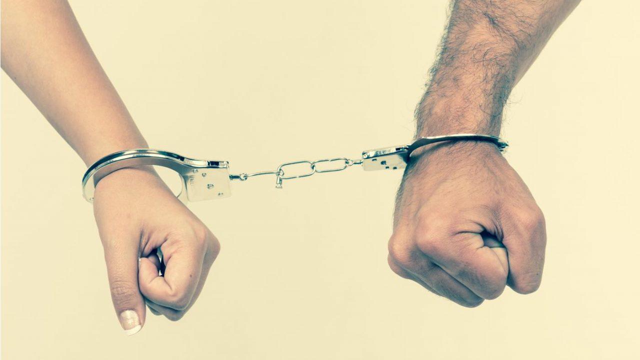 恋人に手錠をかけて束縛するカップル