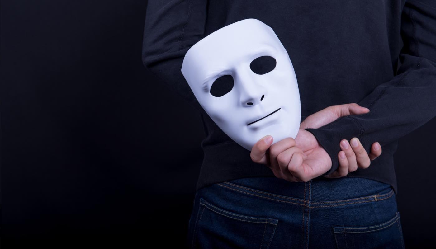 仮面をつけて本当の男性心理(本音)を隠している男性