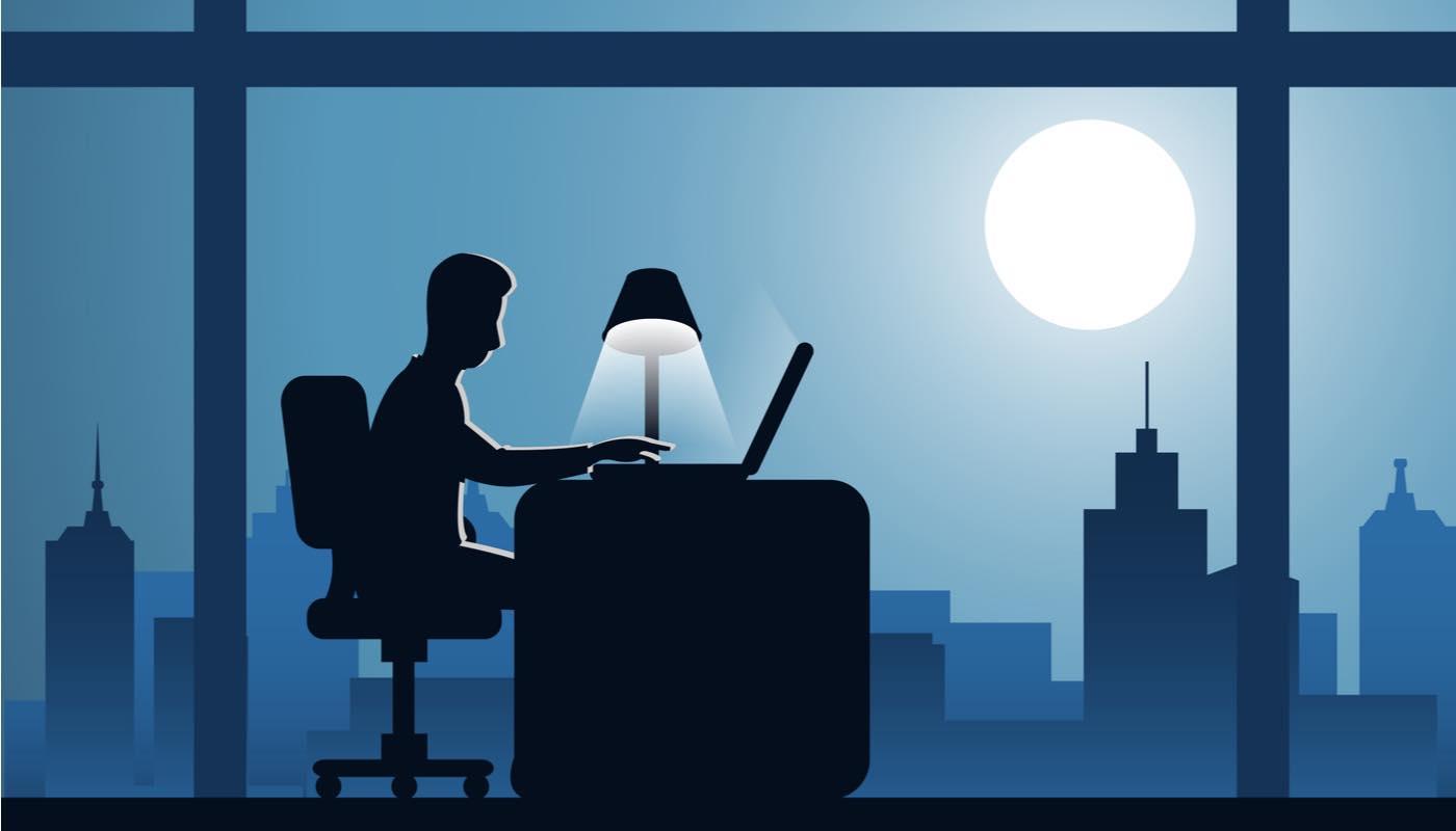 夜遅くまで残業する男性