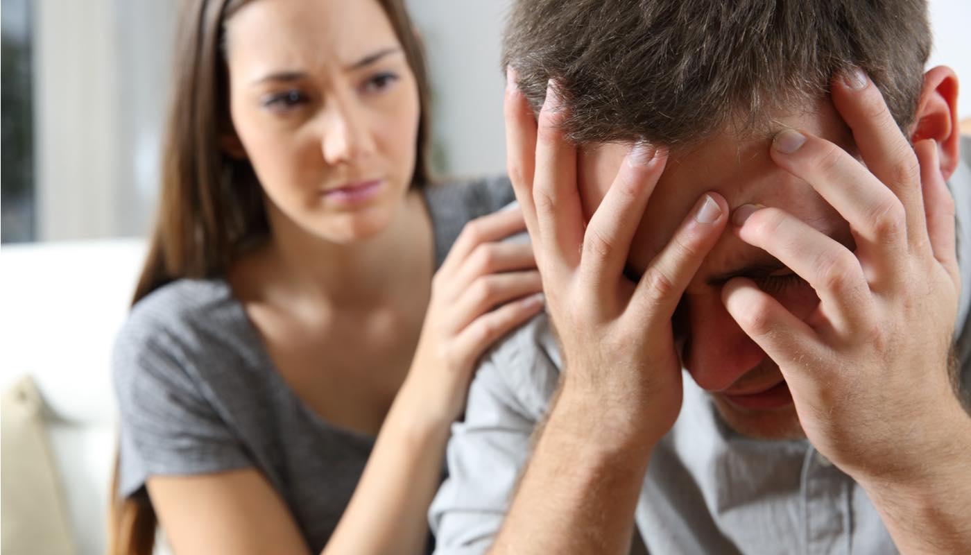 妻との離婚に疲れて頭を抱える既婚男性を懸命に励ます独身女性