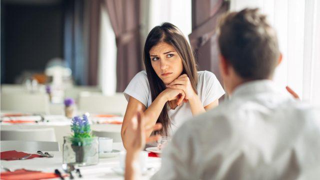 夫を疑いの眼差しで見つめる女性